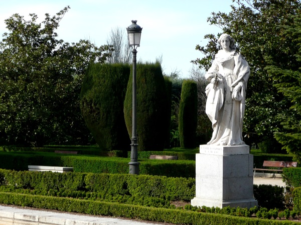 Estatua_de_Isabel_la_Catlica_en_los_Jardines_de_Sabatini-reduc.jpg